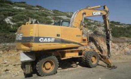 RETRO-EXCAVADORA CASE WX-210 SOBRE RUEDAS CON MARTILLO KRUP HM 1000